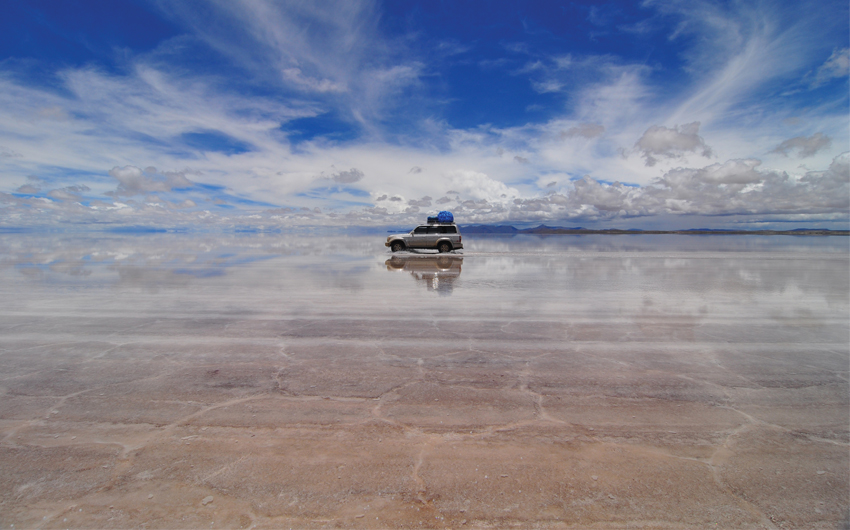 Jeep in Uyuni salt flats