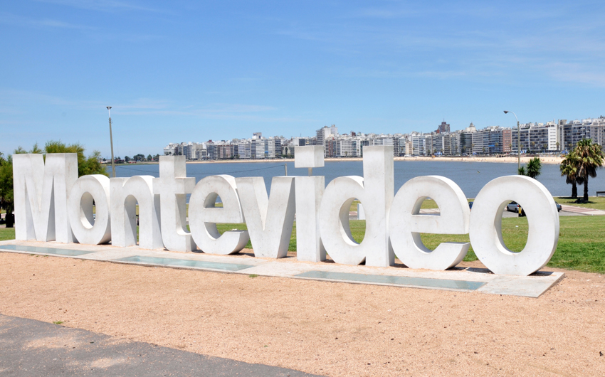 Sign welcomes tourists coming to Montevideo
